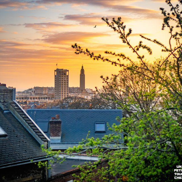 Rue du Beau Site, vue sur la tour de l'Hôtel de Ville et de l'église Saint-Joseph. Sony A6400 Sony 35mm F1.8. Le Havre 06/04/2020.