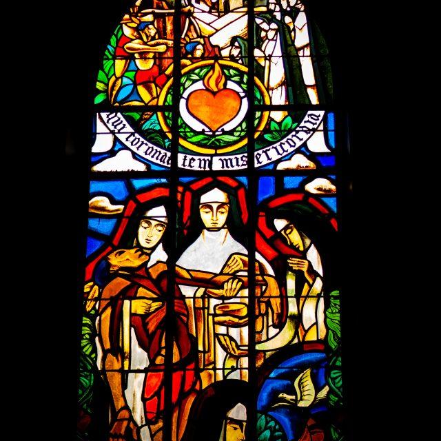 Vitrail de Pierre Le Trividic, anciennement dans la chapelle de l'Hôpital de Dieppe, remonté en 2007 dans la cafétéria de l'hôpital. Sony A6400 Sony 35mm F1.8. Dieppe 15092020.