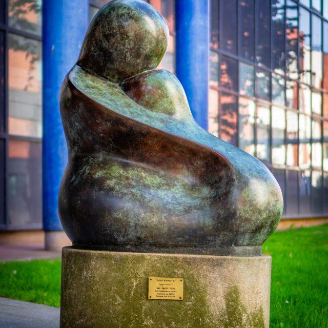 """Sculpture """"MATERNITÉ"""" de Geoffrey James TROLL, Hôpital de Dieppe. Sony A6400 Sony 35mm F1.8. Dieppe 15/09/2020."""