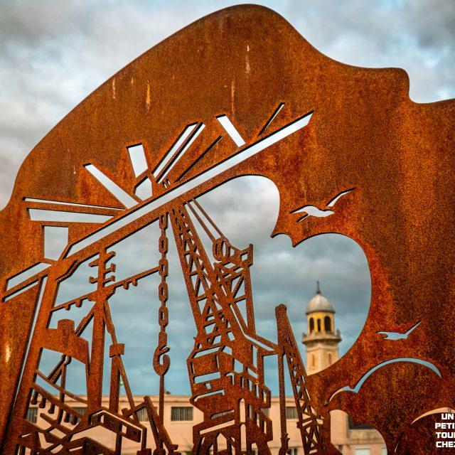 Stèle aux dockers victimes de l'amiante et la cloche des Dockers, Quai de la Meuse. Sony A6400 Sony 18-105mm F4. Le Havre 31/08/2020.